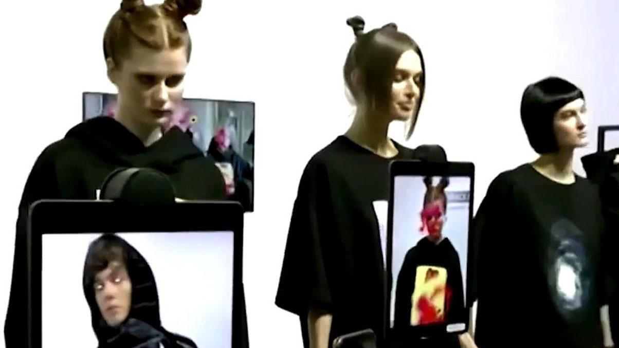 Bộ quần áo biến hóa khi nhìn qua camera điện thoại