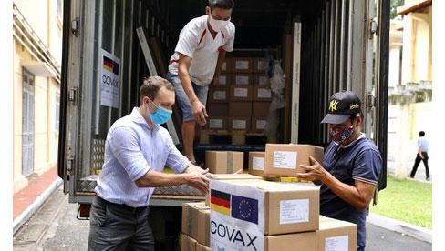 Hơn 850.000 liều vắc-xin từ Đức về đến Việt Nam