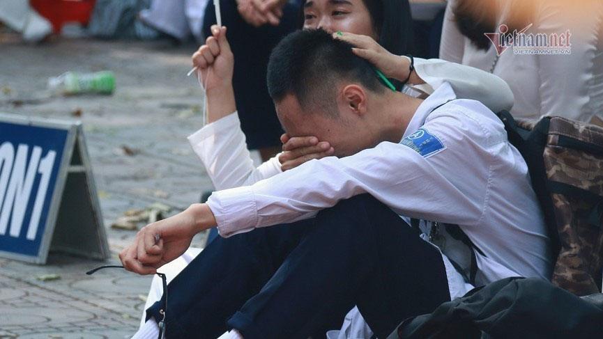 Trượt đại học dù đủ điểm, nam sinh vùng phong tỏa bật khóc