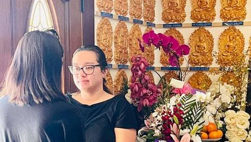 Con gái Phi Nhung lộ diện xanh xao, đôi mắt sưng húp vẫn cố túc trực lo chu toàn tang lễ cho mẹ tại Mỹ
