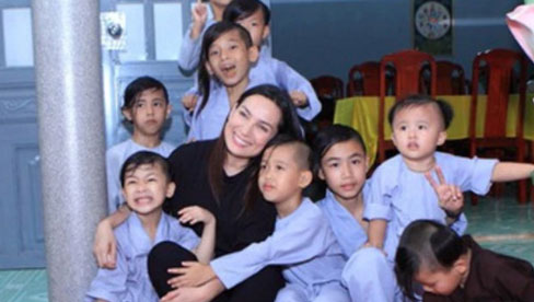 Vợ cũ diễn viên Huy Khánh chia sẻ clip cố NS Phi Nhung bên các con với những lời xúc động và gọi ai đó là ngu dốt, kền kền