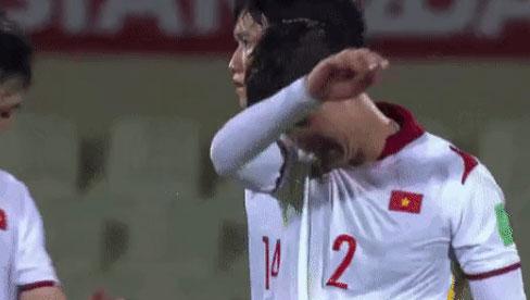 Clip: Thương quá! Nhiều cầu thủ ĐT Việt Nam bật khóc, bất lực vì thất bại đáng tiếc trước Trung Quốc
