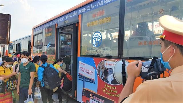 Hà Nội dùng xe buýt đưa gần 2.000 người từ các tỉnh phía Nam về quê