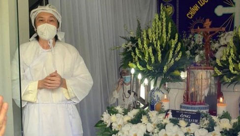 NS Hoài Linh lần đầu lộ diện sau 4 tháng ở ẩn, tiều tuỵ thấy rõ trong tang lễ bố ruột vừa qua đời tại Việt Nam