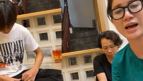 Hồ Văn Cường im lặng cúi đầu khi bị Trang Trần hỏi dồn dập về chuyện ủy quyền việc để CEO đòi nợ giúp