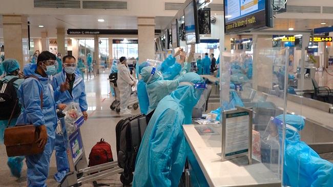 Sân bay Tân Sơn Nhất 'mở cửa', dân mặc đồ bảo hộ háo hức làm thủ tục về quê
