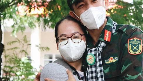 Bộ đội bịn rịn vẫy tay tạm biệt người dân để trở về sau 2 tháng hỗ trợ TP.HCM chống dịch