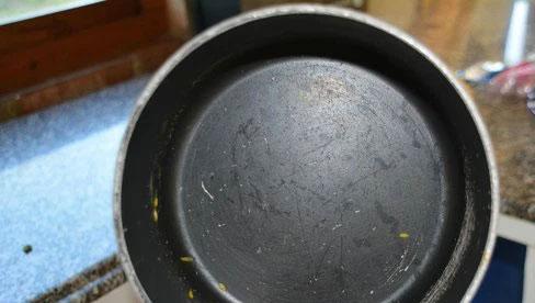 Chảo chống dính mới mua, nấu được vài bữa đã xước hết? Rất có thể chị em đã mắc phải 3 sai lầm này!