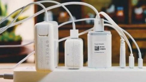 Cắm củ sạc điện thoại trong ổ điện cả ngày không rút ra: Hại đủ đường, cần bỏ ngay kẻo hối hận không kịp