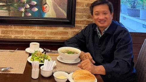 Ông Đoàn Ngọc Hải khiến MXH xôn xao vì bức ảnh bánh mì chấm sữa và bát phở